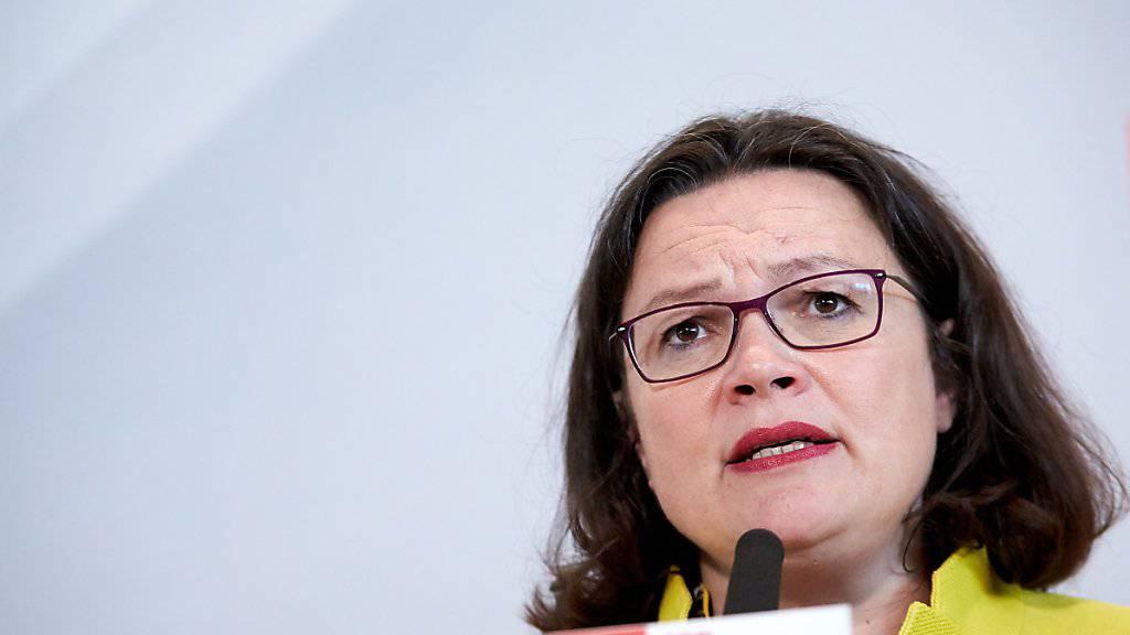 Die SPD hat den Unionskompromiss zur Flüchtlingspolitik in Deutschland zurückhaltend beurteilt. Man habe das Thema nur am Rande diskutiert, sagte Parteichefin Andrea Nahles am frühen Dienstagmorgen nach einem Treffen der Koalitionsspitzen im Kanzleramt in Berlin. (Archivbild)