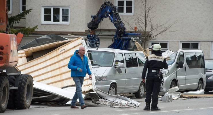 Teile eines Dachse vielen auf parkierte Autos in Weilheim.
