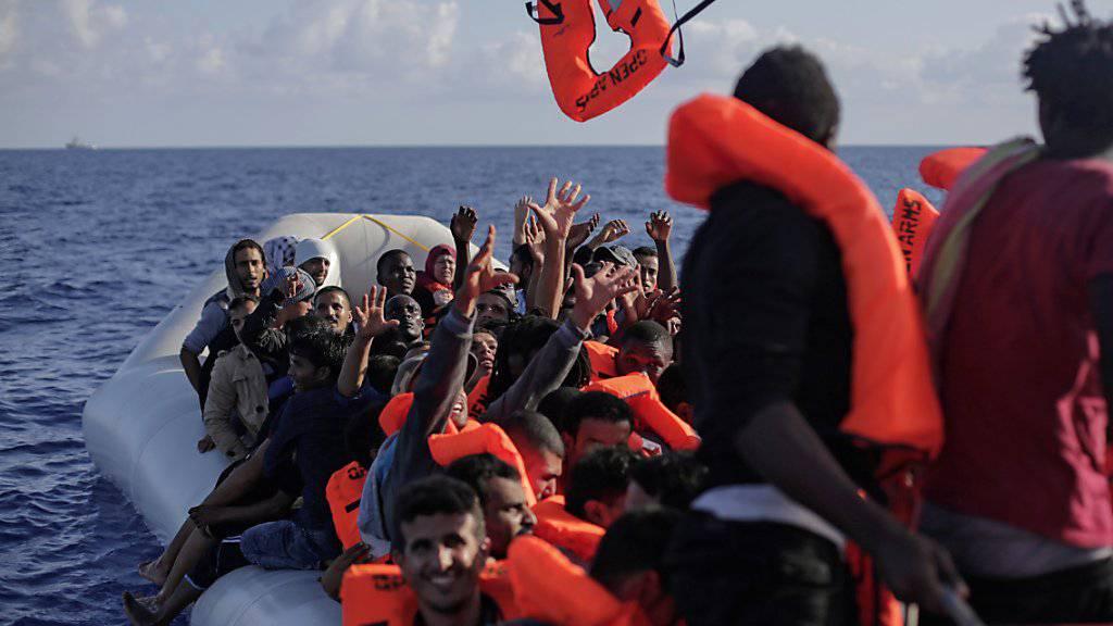 Unglück mit zwei Schlauchbooten voller Flüchtlinge Anfang September auf dem Mittelmeer: Eines hatte einen Motorschaden, das andere verlor Luft. (Symbolbild)