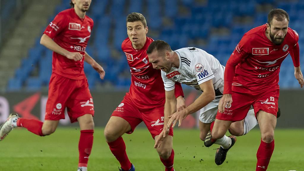 Die roten Winterthurer - hier eine Szene aus dem 6:2 gewonnenen Cupspiel in Basel - geniessen für den Rest der Saison Gastrecht in Wil.