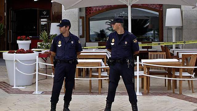 Polizisten vor getroffenem Restaurant