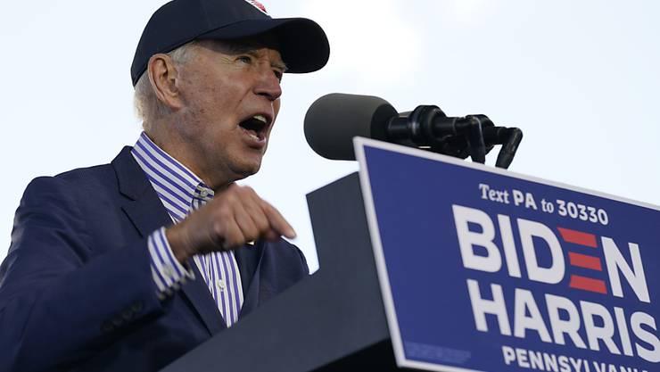 Joe Biden, demokratischer Präsidentschaftskandidat und ehemaliger Vizepräsident, spricht bei einer Wahlveranstaltung der Dallas High School. Foto: Andrew Harnik/AP/dpa