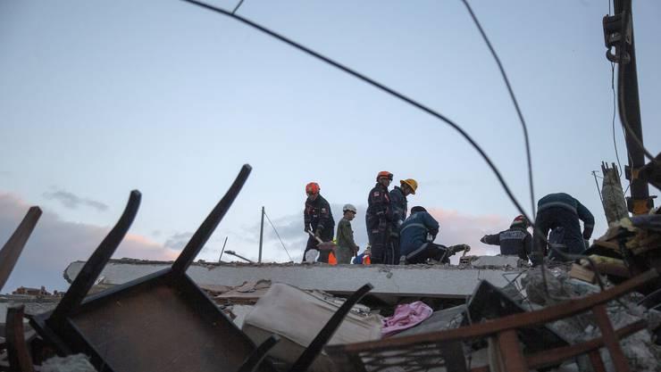 Rettungskräfte haben aus den Trümmern des schwersten Erdbebens seit Jahrzehnten in Albanien inzwischen 46 Überlebende geborgen.
