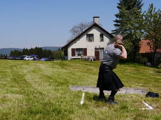 Ein Highlander beim Steinstossen.