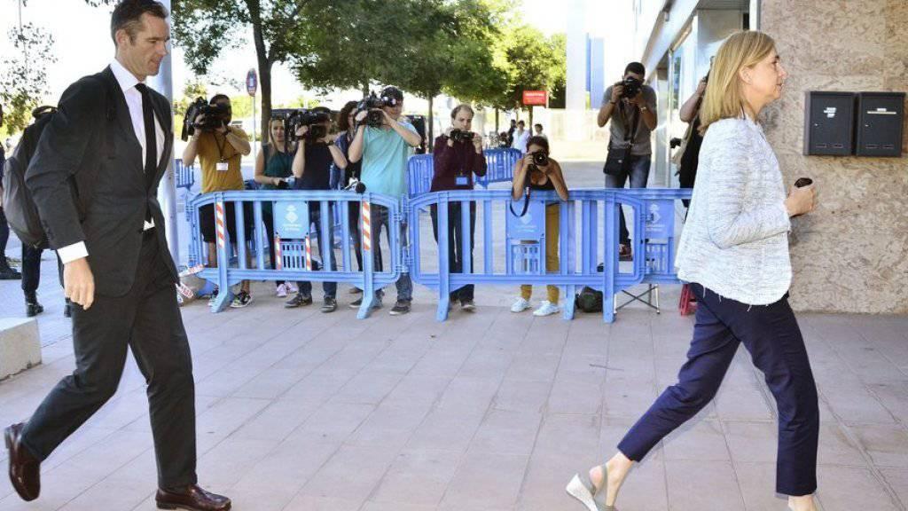 Die spanische Infantin Cristina und ihr Ehemann Inaki Urdangarin am Mittwoch in Palma de Mallorca auf dem Weg zum Gericht.