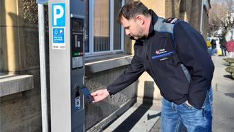 Christian Ambühl, Kommandant der Stadtpolizei Grenchen, demonstriert das Bezahlen der Parkgebühr per Twint.