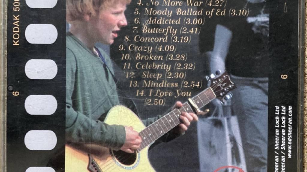 HANDOUT - Die Rückseite von Ed Sheerans erster Demo-CD namens «Spinning Man» (undatierte Aufnahme). Ein unveröffentlichtes Album von Pop-Superstar Ed Sheeran (29) aus Teenagerzeiten ist bei einer Auktion für 50 000 britische Pfund (etwa 55 000 Euro) versteigert worden. Foto: Omega Auctions/PA Media/dpa - ACHTUNG: Nur zur redaktionellen Verwendung im Zusammenhang mit der aktuellen Berichterstattung und nur mit vollständiger Nennung des vorstehenden Credits