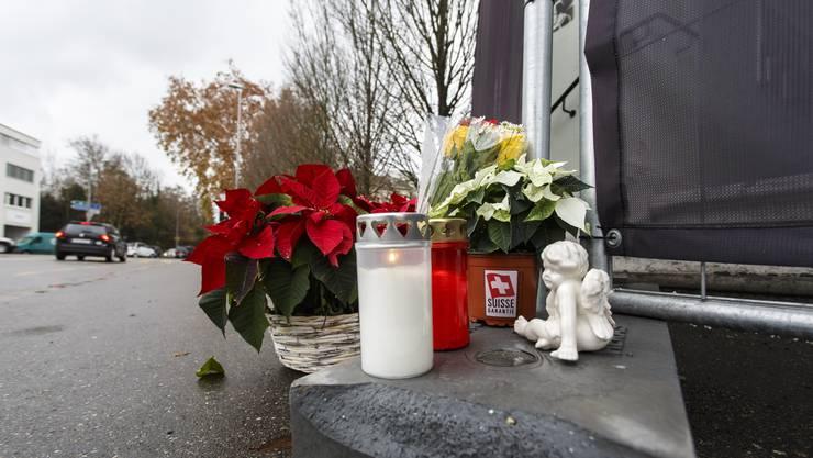 Blumen und Kerzen in Gedenken an die Opfer.