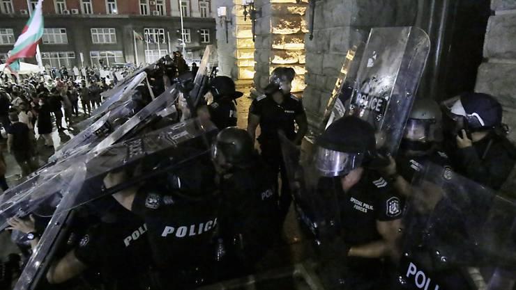 dpatopbilder - Bei regierungskritischen Protesten ist es in der bulgarischen Hauptstadt Sofia zu Ausschreitungen gekommen. Foto: Valentina Petrova/AP/dpa