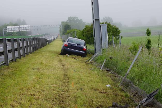 Zug, 30. Mai: Ein Junglenker, 18, kommt auf der Autobahn A4a bei eine Selbstunfall mit seinem Auto von der Strasse ab und hinter der Leitplanke zum Stillstand gekommen. Verletzt wurde niemand. Der Wildzaun wurde auf einer Länge von rund 50 Metern beschädigt.