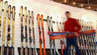 Die Diebe entwendeten neben 120 Skiern auch Skischuhe und Kleidung im Gesamtwert von über 100000 Franken (Symbolbild)