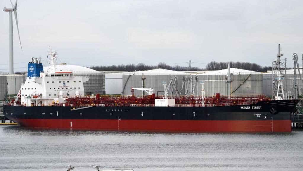 ARCHIV - Der Tanker M/T Mercer Street liegt im Hafen von Rotterdam (Archivbild). Foto: Hasenpusch/dpa