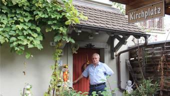 Sigrist Hardi Blumer vor seiner Haustür, an der auch schon der junge Geiger Sebastian Bohren klingelte, weil er ein Konzert in der Stadtkirche organisieren wollte.