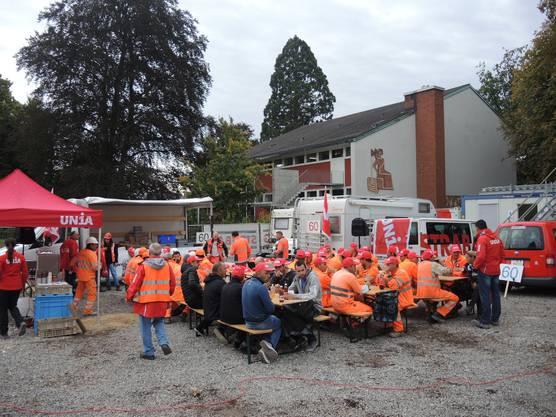 In der 9-Uhr-Pause gesellten sich zahlreiche Bauarbeiter zu den Unia-Tischen