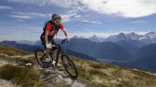 Optisch kaum mehr unterscheidbar: Elektro-Velos gibts auch für die Berge.