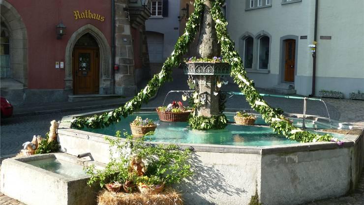 Fünf Brunnen wurden österlich geschmückt, darunter der Laufenbrunnen.Vj