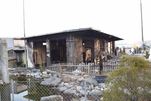 Die Flammen zerstörten das Gebäude vollständig.