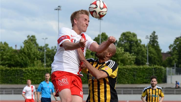 Sylvain Meslien (r.) von den Old Boys versucht Delémonts Torschützen Tom Villemin am Kopfball zu hindern