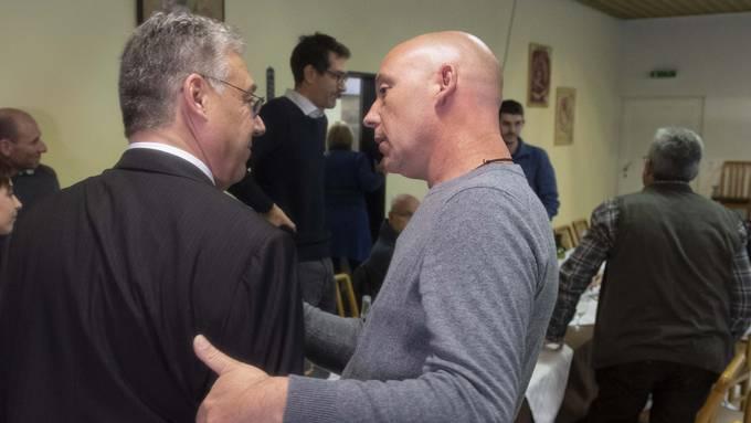Schock für Filippo Lombardi: Der CVP-Fraktionschef (links) wurde heute als Ständerat abgewählt - hier wird er von einem Parteifreund getröstet.