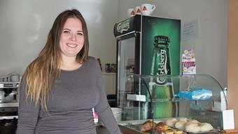 Vanessa Mendes – für das Foto ohne Mund-Nasen-Schutz – wird täglich mit frischem Gebäck von einer portugiesischen Bäckerei aus Zürich beliefert.