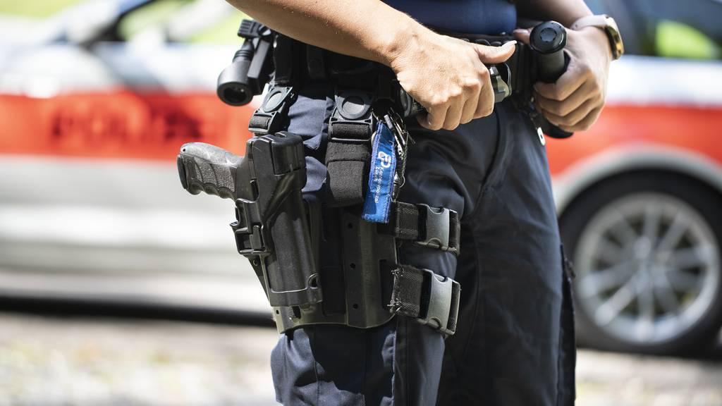 Mann mit Sturmgewehr flüchtet – Polizei gibt Schuss ab