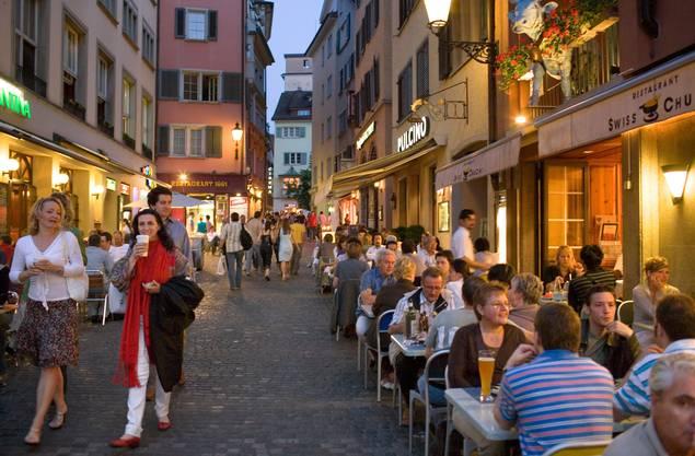 Zürich: An der Limmat vergleicht man sich, was das Nachtleben angeht, gerne mit Berlin. Aber um Mitternacht gibt es kein Bier mehr auf der Gasse. Jungpolitiker wollen das nun ändern. Fazit: Penibel protestantisch