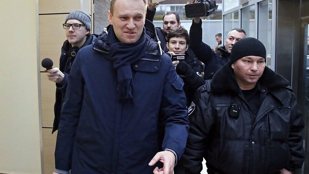 Alexej Nawalny (links) auf dem Weg ins Gericht. Trotz einem Strafprozess will der russische Oppositionelle bei der Präsidentschaftswahl antreten.