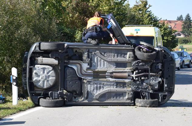 Die Mitfahrerin wurde im Auto eingeklemmt und musste durch die Feuerwehr befreit werden.
