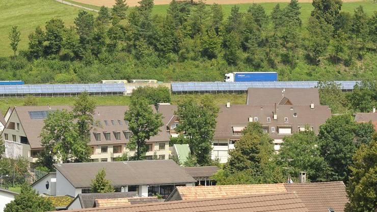 Im Baselbiet einzigartig: Die Photovoltaikanlage auf der Lärmschutzwand der A2 bei Giebenach. Martin Töngi