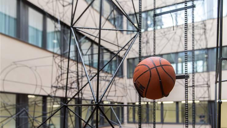 Mal links, mal rechts: Der Ball sucht sich immer wieder einen anderen Weg durch die «Chügelibahn».