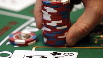 Öffentlich organisierte Pokerturniere sind verboten – die Kapo Aargau musste bislang aber nicht eingreifen, im Gegensatz zur Kantonspolizei Zug (Symbolbild)