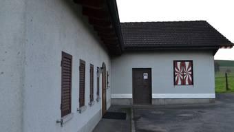 Im Schiessstandgebäude (rechts) wird nicht mehr geschossen, die angebaute Schützenstube (links) indes wird auch künftig genutzt. sl