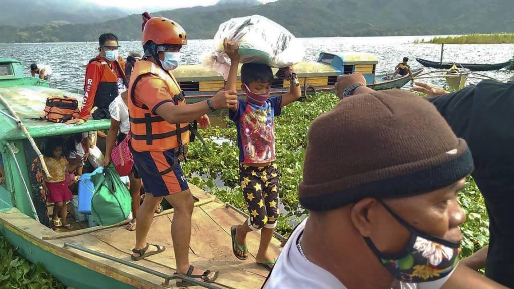 HANDOUT - Auf diesem von der philippinischen Küstenwache zur Verfügung gestellten Foto werden Familien von Mitgliedern der philippinischen Küstenwache auf sichereren Boden in der Provinz Camarines Sur im Osten der Philippinen gebracht, während sie sich die Ankunft von Taifun Goni vorbereiten. Foto: Uncredited/Philippine Coast Guard/AP/dpa
