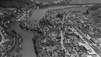 Seit 1930 gibt es zwei Städte namens Laufenburg. Die Luftaufnahme entstand im September 1949.