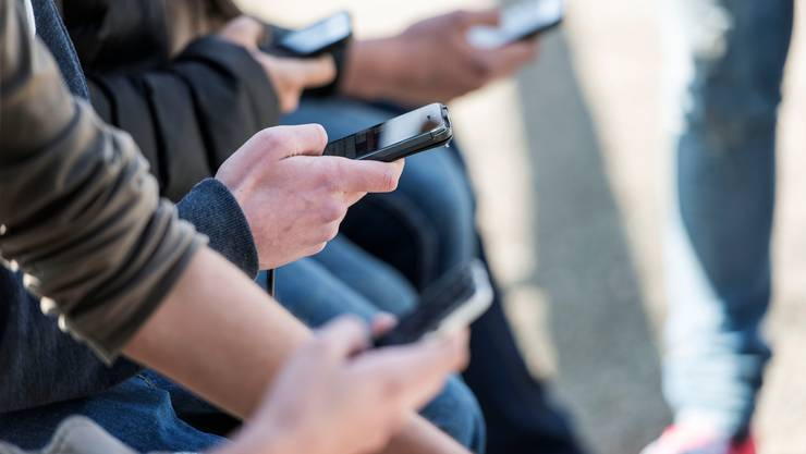 Jugendliche verbringen immer mehr Zeit am Handy.