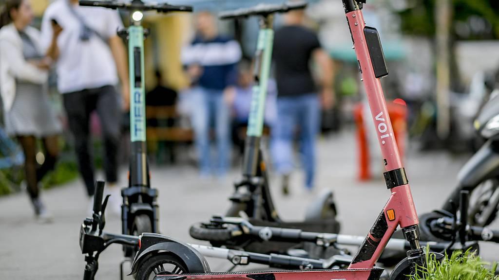 ARCHIV - E-Scooter sind auf einem Bürgersteig abgestellt. (Archivbild) Foto: Axel Heimken/dpa