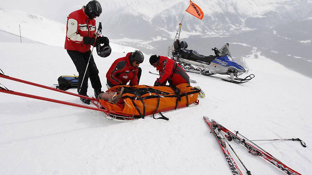 Ein 17-jähriger Skifahrer ist im Skigebiet Gemsstock in Andermatt in eine achtköpfige Schülergruppe gefahren und hat dabei vier Kinder verletzt. (Themenbild)