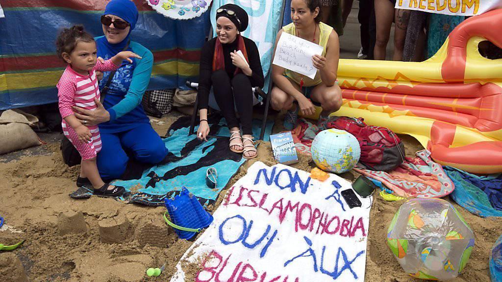Strandatmosphäre vor der französischen Botschaft in London: Aktivisten protestierten dort gegen das Burkini-Verbot an einigen französischen Stränden.