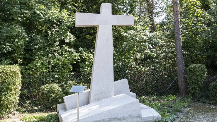 Ein Wahrzeichen in Reinach- Das frisch restaurierte Erdbebenkreuz von 1978.