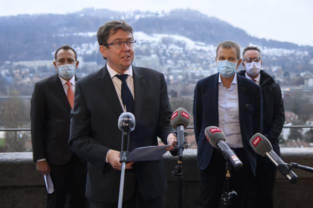 Nationalrat Albert Rösti spricht an der Seite von Nationalrat Thomas Matter, Nationalrat Erich von Siebenthal, und Ständerat Martin Schmid, von links.
