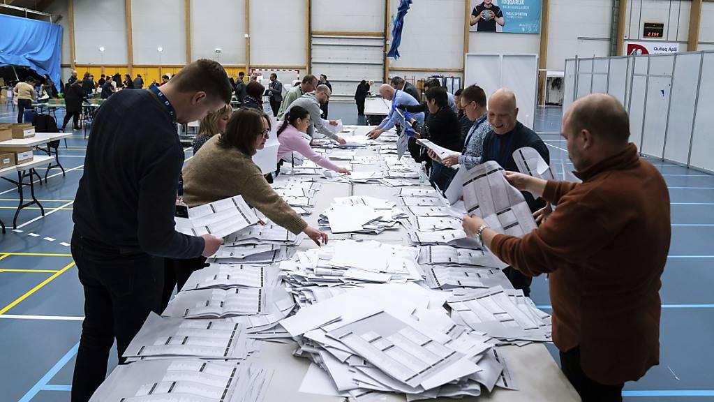 Wahlhelfer zählen die Stimmzettel nach der Parlamentswahl in Grönland aus. Foto: Emil Helms/Ritzau Scanpix Foto/AP/dpa