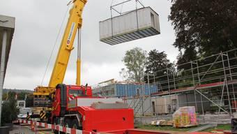 Kran transportiert ein Modul für die neue Kriseninterventionsstation auf dem Areal der Psychiatrischen Klinik Königsfelden. CM