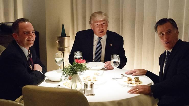 Der künftige US-Präsident Donald Trump (Mitte) mit Mitt Romney (rechts) und Stabschef Reince Priebus (links) im New Yorker Nobelrestaurant Jean-Georges.