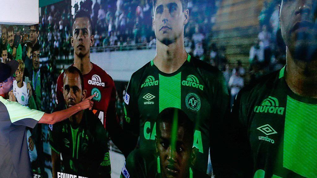Erinnerung an die gestorbenen Fussballer: Fotos im Spielertunnel des Stadions von Chapecoense