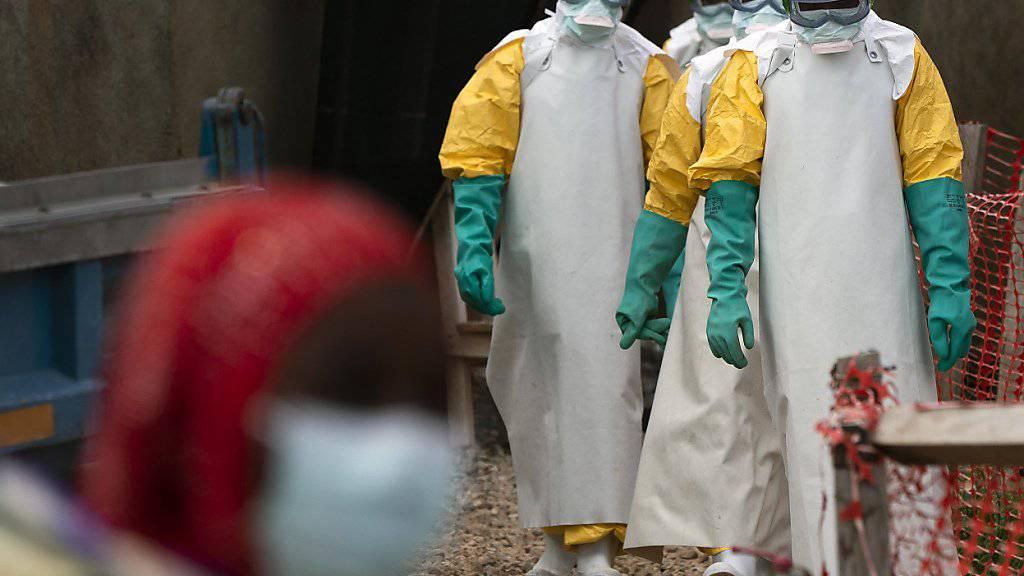 Gesundheitsangestellte im Kongo auf dem Weg zur Arbeit in einem Ebola-Behandlungszentrum. (Archivbild)