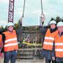 Architektin Christine Nickl-Weller, KSB-CEO Adrian Schmitter, KSB-Präsident Daniel Heller und Bauprojekt-Leiter Hansruedi Gmünder (v.l.) mit der Zeitkapsel.