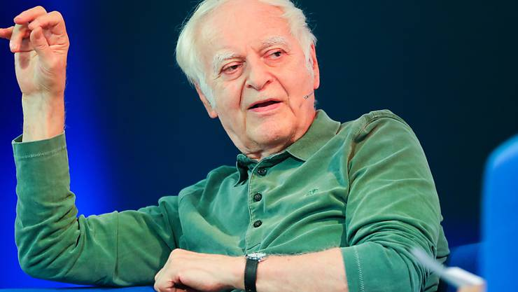 """Der Schweizer Autor Adolf Muschg auf dem """"Blauen Sofa"""" an der Frankfurter Buchmesse: Das """"Gefühl einer kollektiven Schuld"""" entwickelt sich in Japan erst allmählich, sagte er im Gespräch über seinen jüngsten Roman """"Heimkehr nach Fukushima""""."""