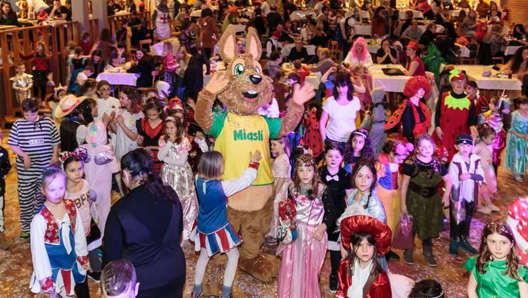 Viele bunte Kostüme, viel Stimmung und vor allem viel Konfetti am Kinderball im Parktheater