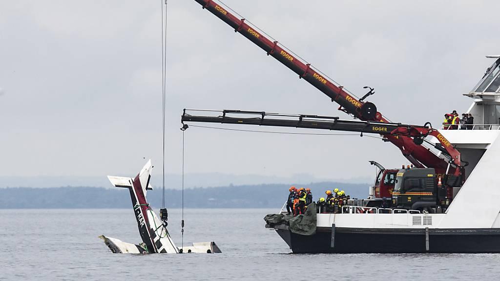 Mit zwei Kranen auf einer Autofähre wurde das Flugzeug am Mittwochmittag langsam aus dem Bodensee gezogen.