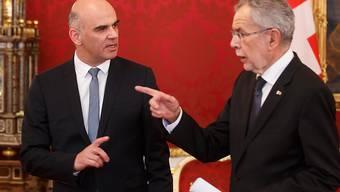 Bundespräsident Alain Berset (links) und Gastgeber Alexander Van der Bellen vor den Medien in Wien.